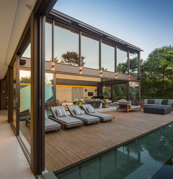From the L shaped architecture, the poolside sun terrace is accessible at two sides, which makes the deck become a useful part of the overall floor space.