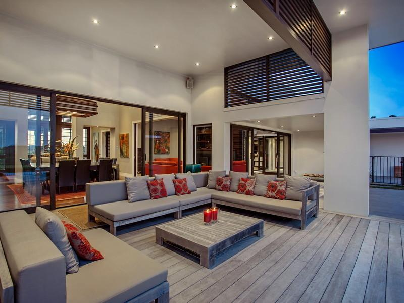 Outdoor Lounge - Contemporary home in the hills