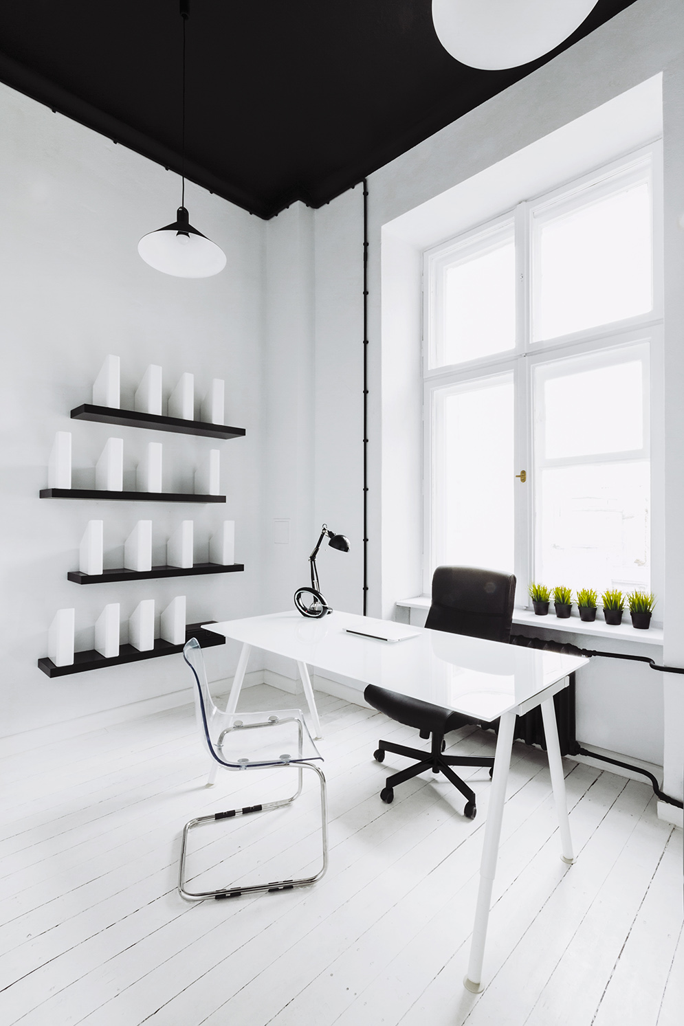 White Office - Industrial style apartment with meeting room