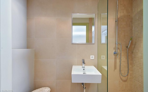 Neutral bathroom scheme