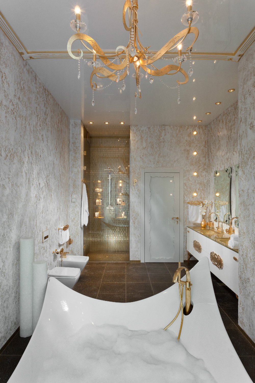 Gold white bathroom fixtures interior design ideas for Salle de bain mosaique