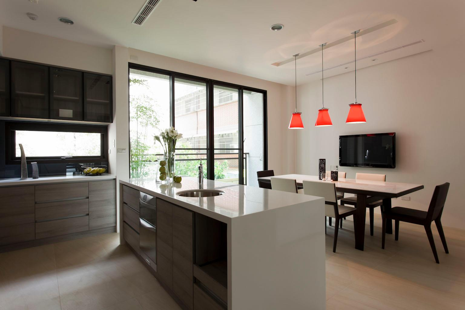 free kitchen units provide a streamlined look in this kitchen diner ...