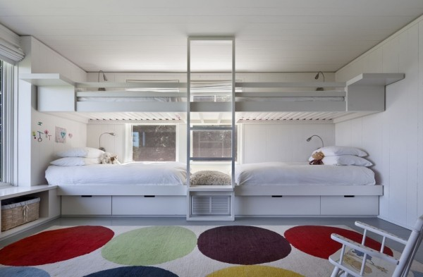 This bedroom harbors four beds but still looks to have masses of floor space. The centrally placed ladder becomes a design feature rather than a hindrance, and the clean crisp lines of the bunks almost become moment of contemporary architecture.
