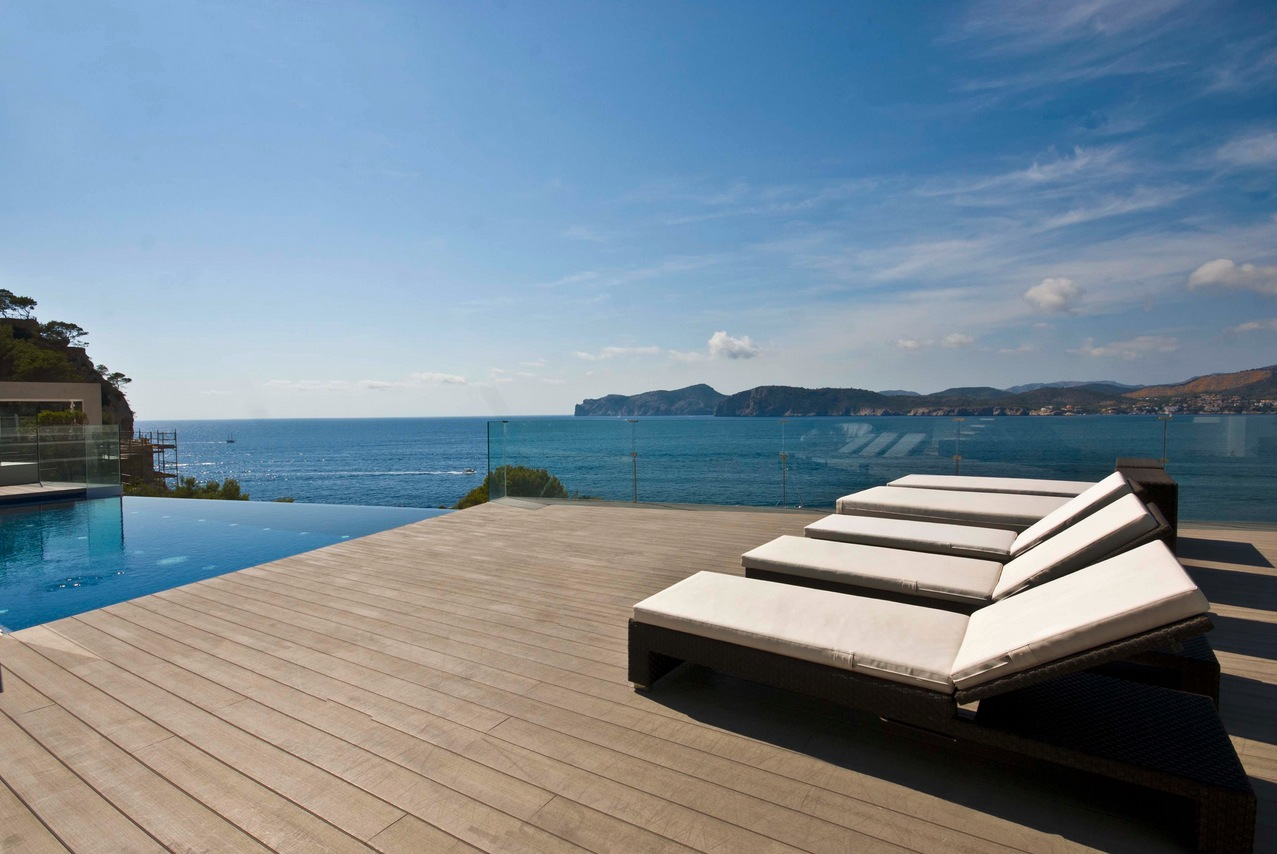 Mallorca holiday home colored by sea view for Kapfer pool design mallorca