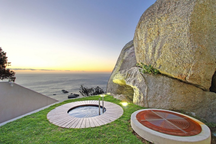 Japanese Plunge Pool - Breathtaking villa incorporating boulders in its design