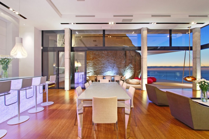 Boulder View Living Space - Breathtaking villa incorporating boulders in its design