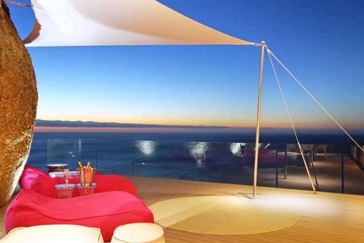 Covered Patio Ocean Front - Breathtaking villa incorporating boulders in its design