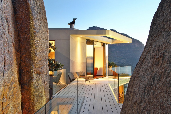 Expanded Deck Mountain View - Breathtaking villa incorporating boulders in its design