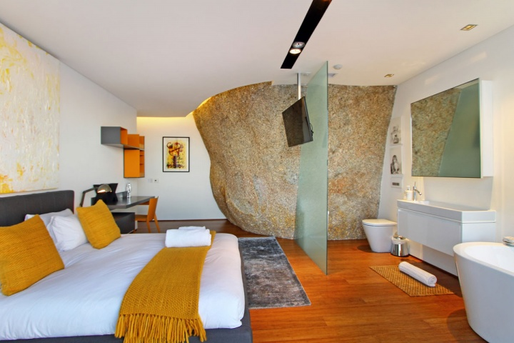 Guest Room Boulder Feature - Breathtaking villa incorporating boulders in its design