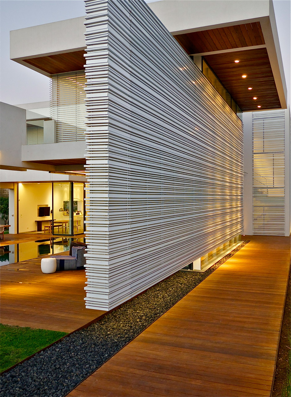 Modern luxury villas designed by gal marom architects for Modern exterior wall design