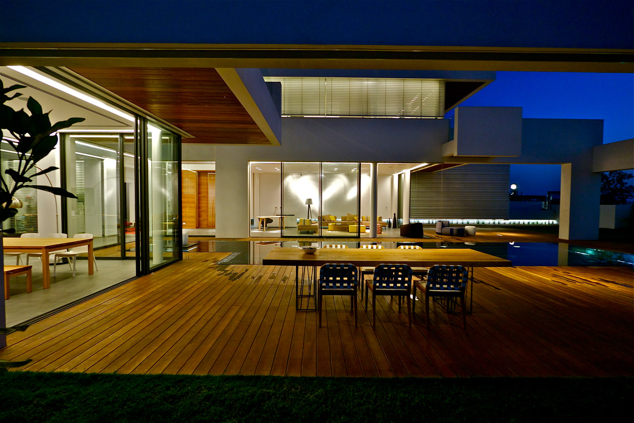 Modern luxury villas designed by gal marom architects for Modern villa exterior