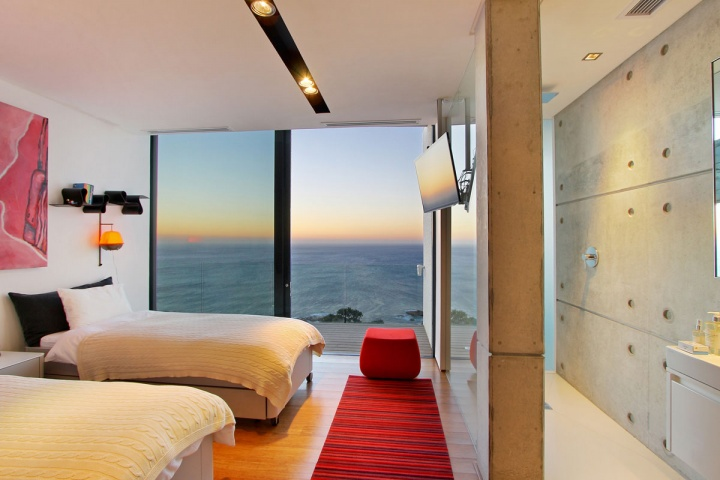 Ocean View Bedroom - Breathtaking villa incorporating boulders in its design
