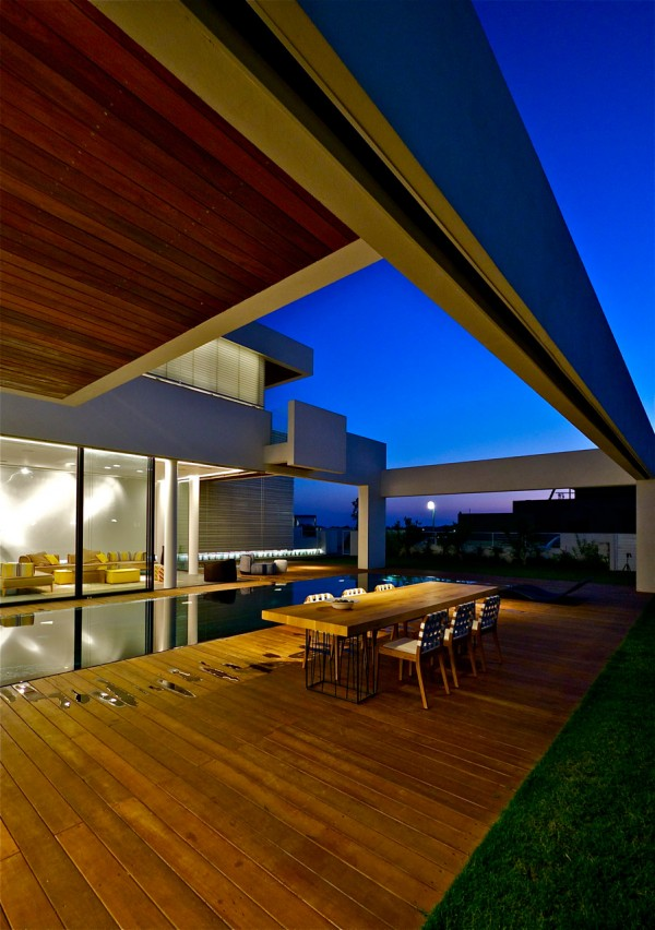 outdoor pool side dining