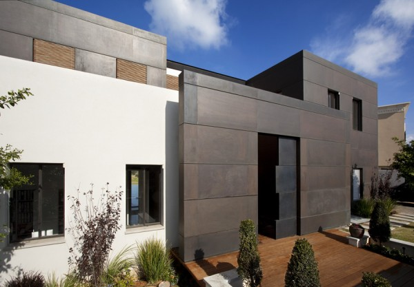 Modern luxury villas designed by gal marom architects for Exterior villa design