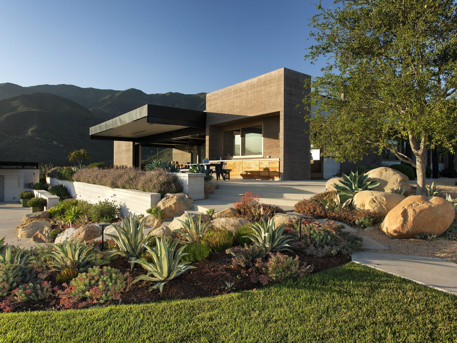 A modern architectural masterpiece in california House backyard landscape