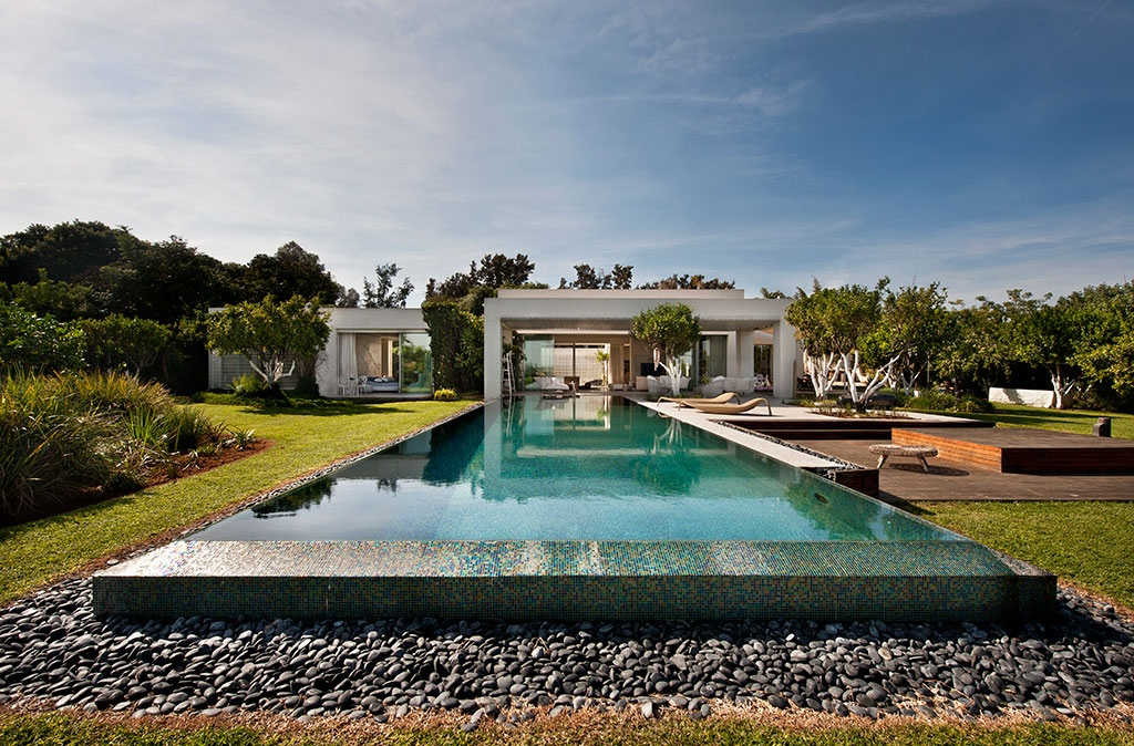 Tastefully decorated modern style villas close to nature for Villa de luxe design