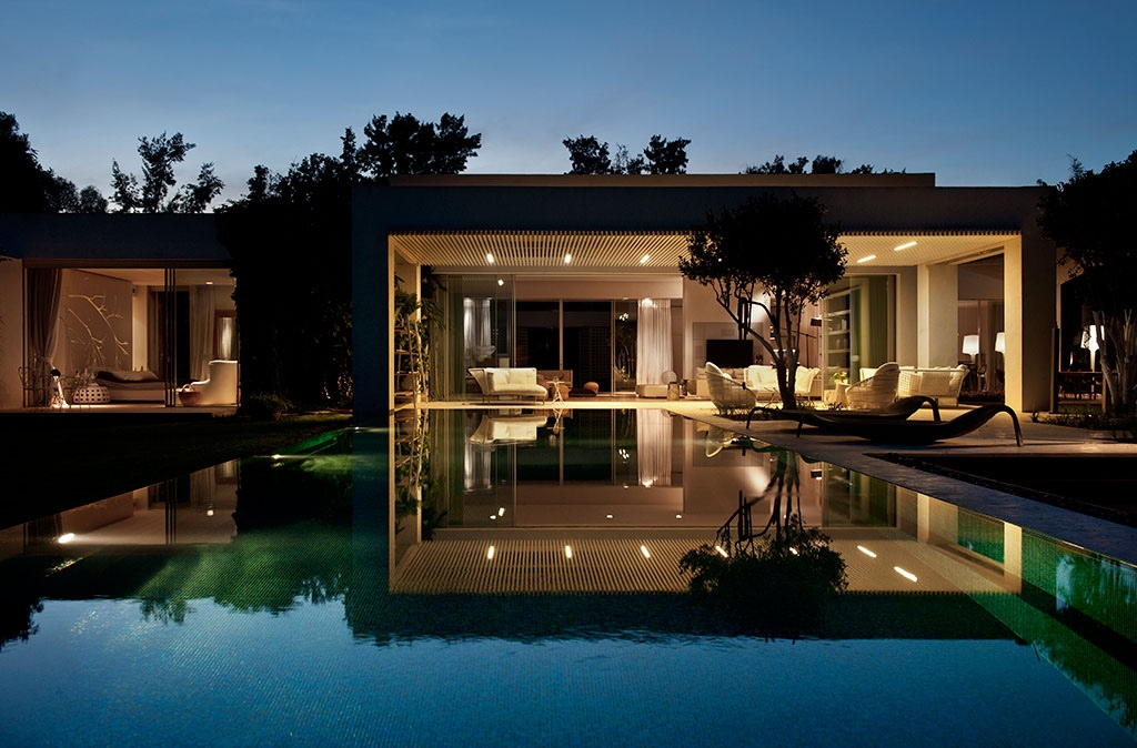 Tastefully decorated modern style villas close to nature for Modern house villa design