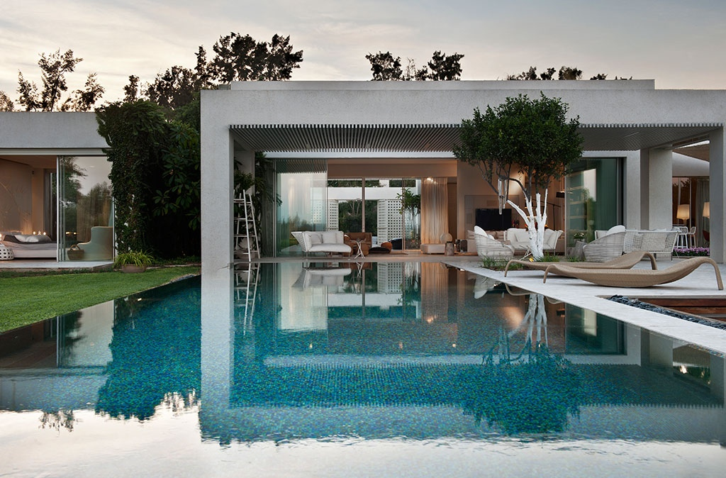 Tastefully decorated modern style villas close to nature for Villa de luxe moderne