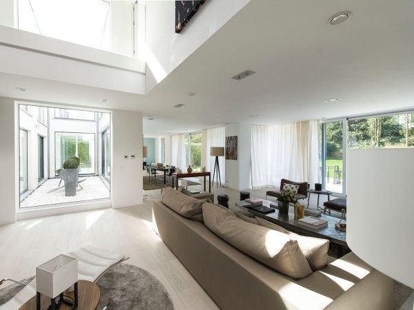 The main living area is dominated by enviable floor-to-ceiling windows that let in plenty of sunshine during the day. Curtains on the ground floor keep out harsh light during summer or prying eyes at tight time.