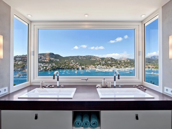 Each bedroom has an en suite bath with sleek, modern fixtures and plenty of sun. What could be more glamorous than washing your face while watching boats sail in and out of Port d'Antratx.