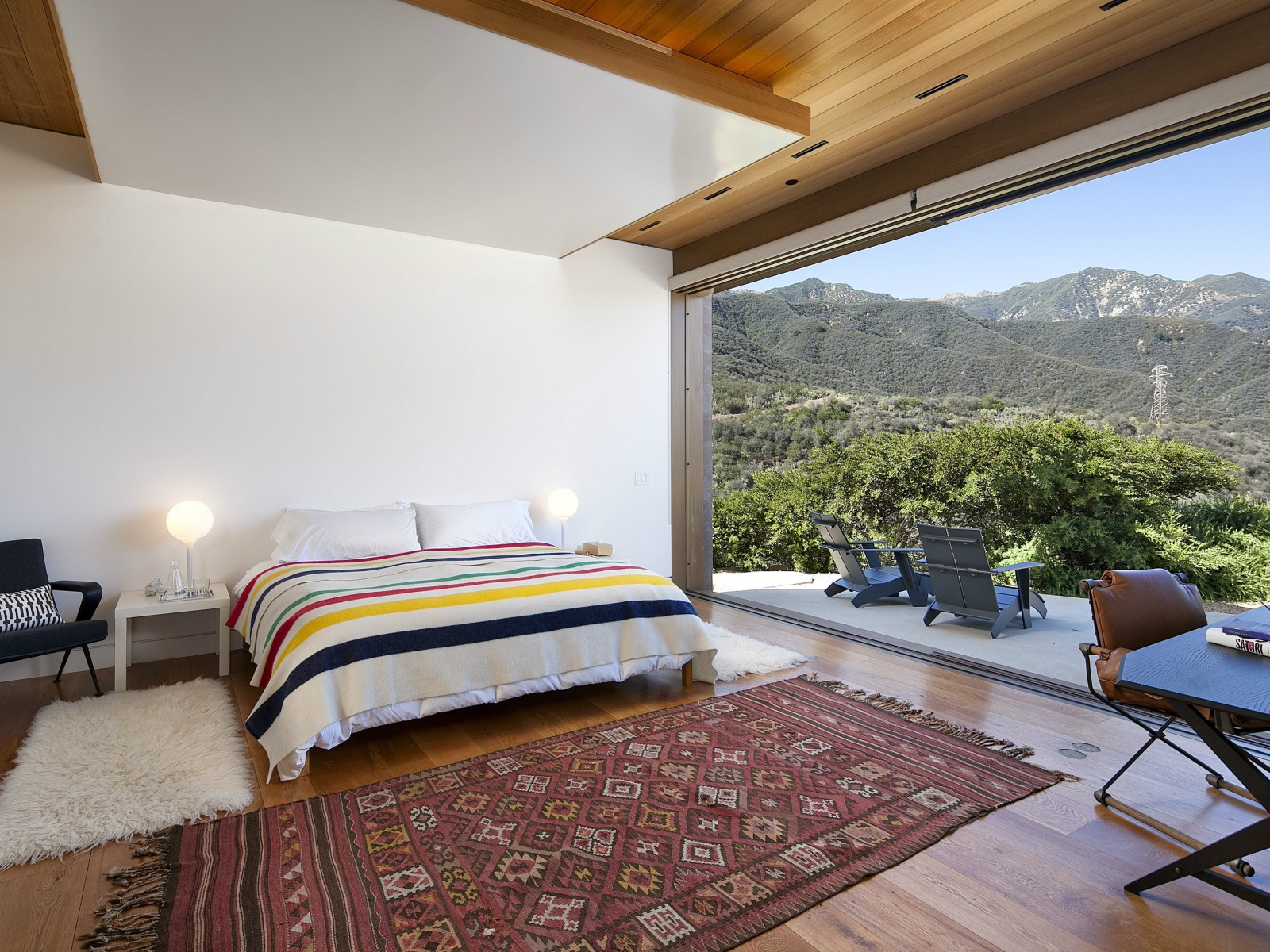 A modern architectural masterpiece in california for Mountain modern bedroom