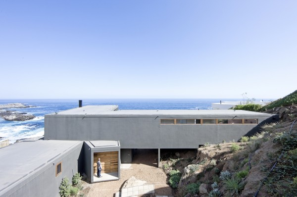 The flat roof aligns with the horizon so even neighbors and passersby can enjoy the spectacular views.