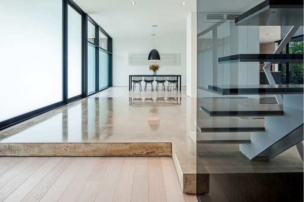 Inside, we immediately see the minimalist influence with plenty of open floor space.