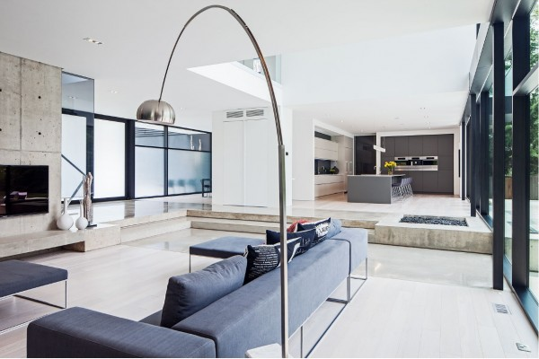 The use of different levels makes it easy to distinguish rooms without the use of walls.