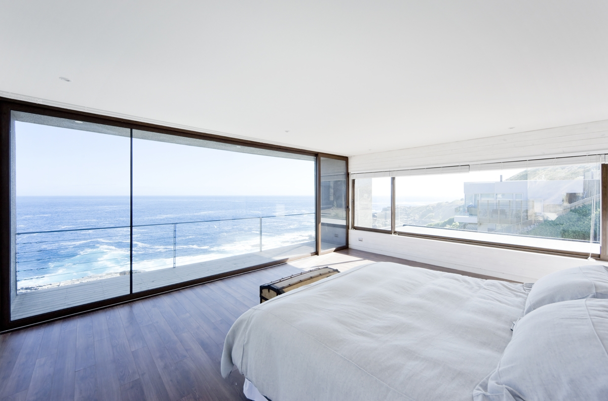 Gorgeous minimalist home overlooking the ocean in chile for Balcony overlooking ocean