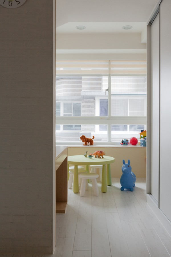 Bringing a kids room into such simplicity can be a bit of a challenge, but the bright colors actually play nicely against the wood surfaces.