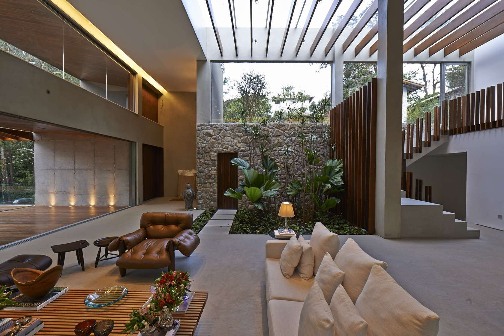 House and garden interiors - Luxurious Home Uses Wood And Stone Elements To Marry Interiors And Exteriors