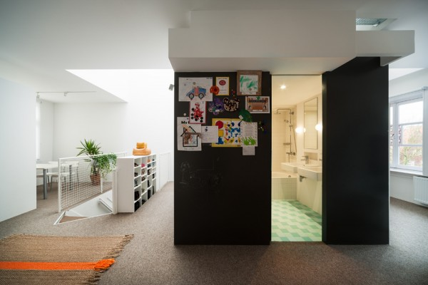 Here we can peek into that centrally located bathroom area, which is convenient in terms of design and renovation, but also in terms of daily use.