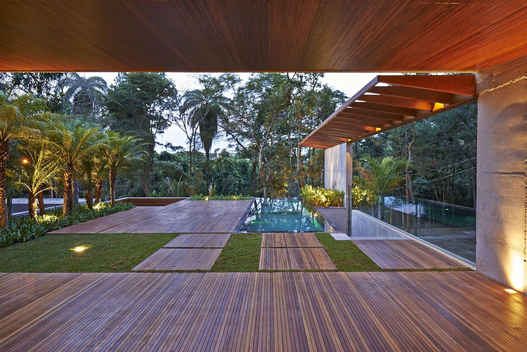 Luxurious home uses wood and stone elements to marry - Terrazas de casas modernas ...