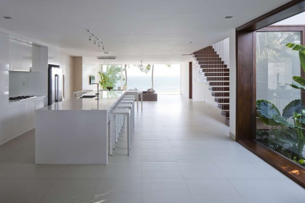 Simple, white color palettes are perfect for the location and do not distract from the natural beauty around.