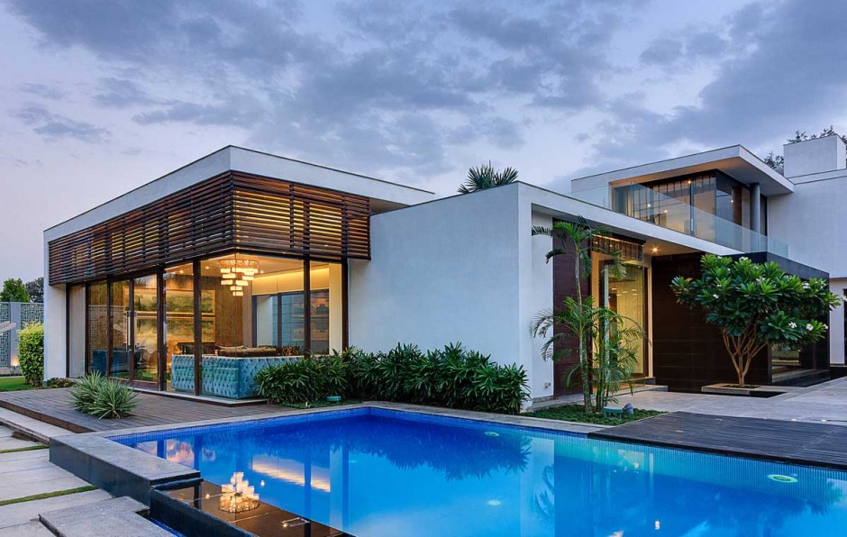 Contemporary new delhi villa with amazing courtyard and for Pool villa design
