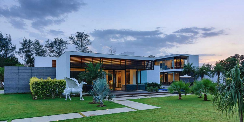 Contemporary New Delhi Villa With Amazing Courtyard And Water Features Design