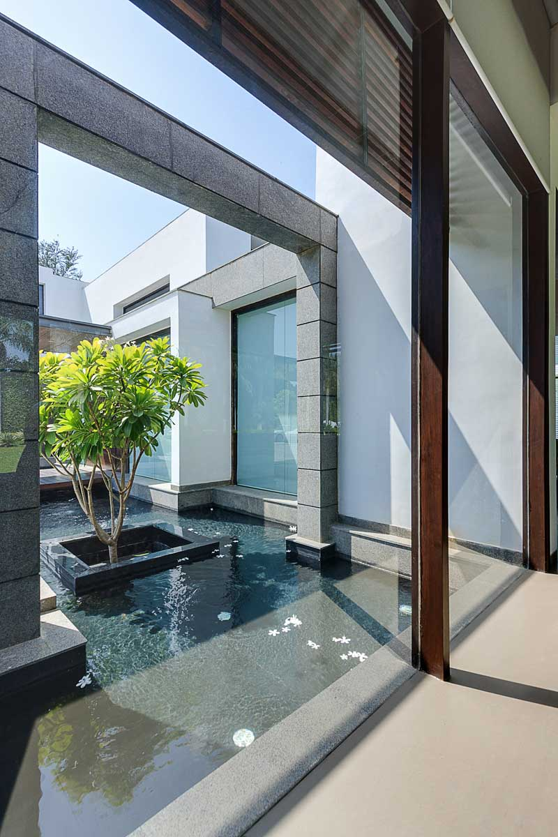 Contemporary new delhi villa with amazing courtyard and Home water features