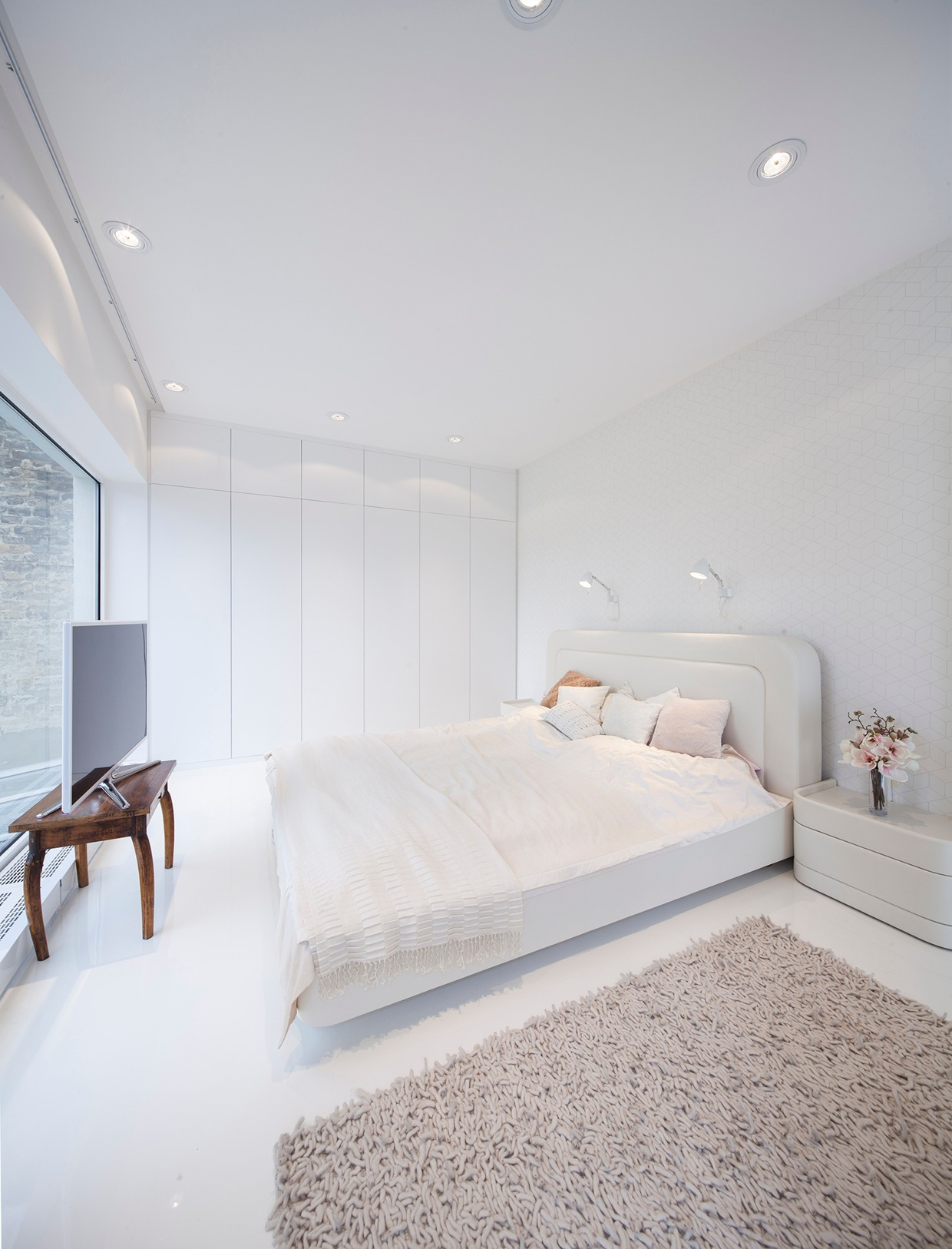 Hungarian loft design uses a simple aesthetic for big for Decoration interieur chambre adulte