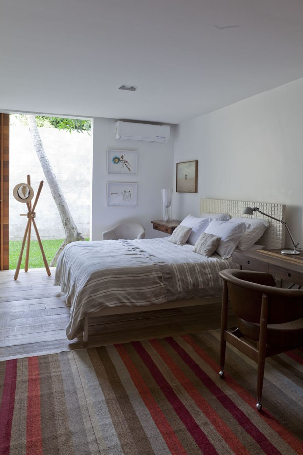 Midcentury Bedroom Design - Beautiful brazilian house built up and around a tree