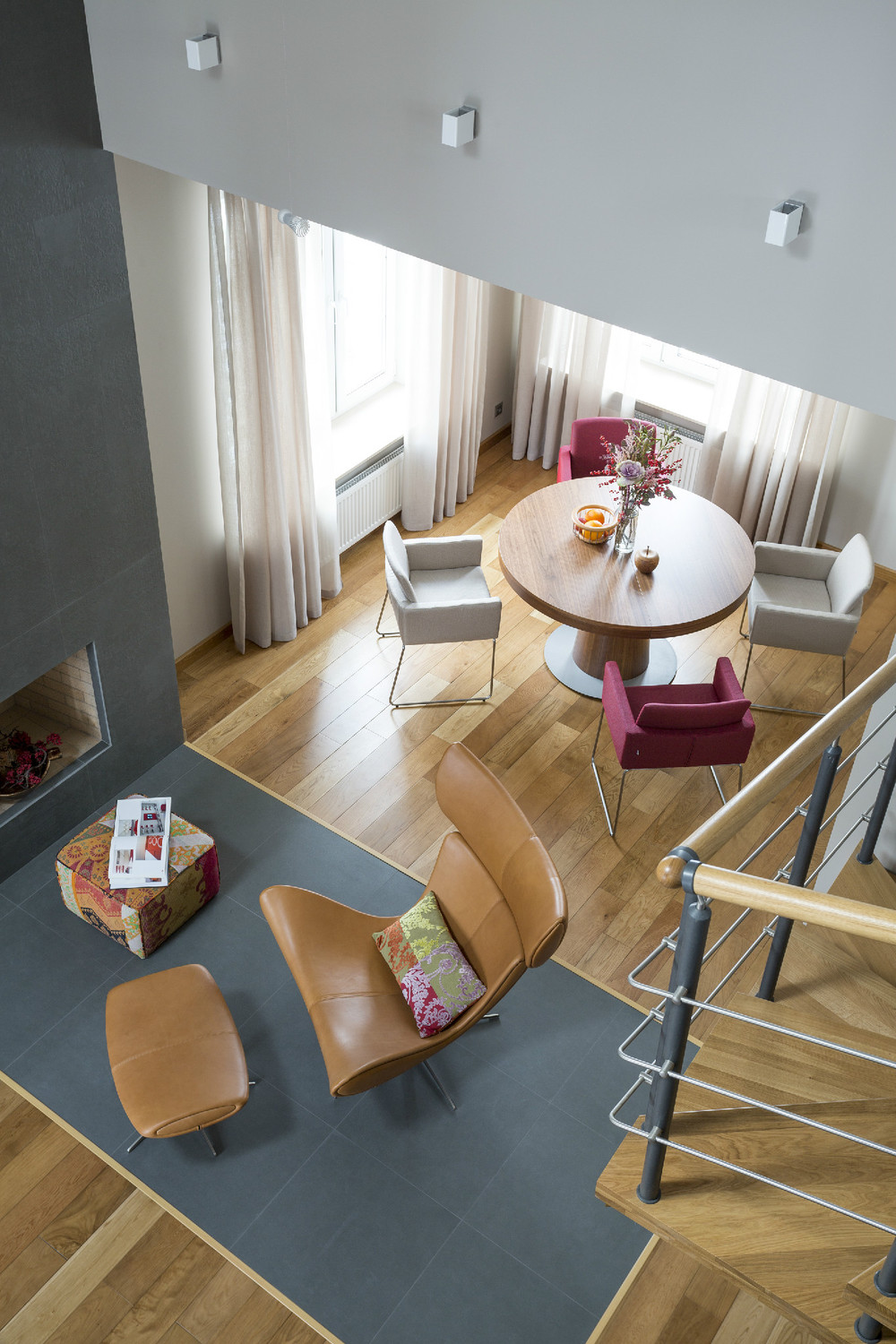 Two modern apartments with perfectly placed bursts of colors - Salon con chimenea ...