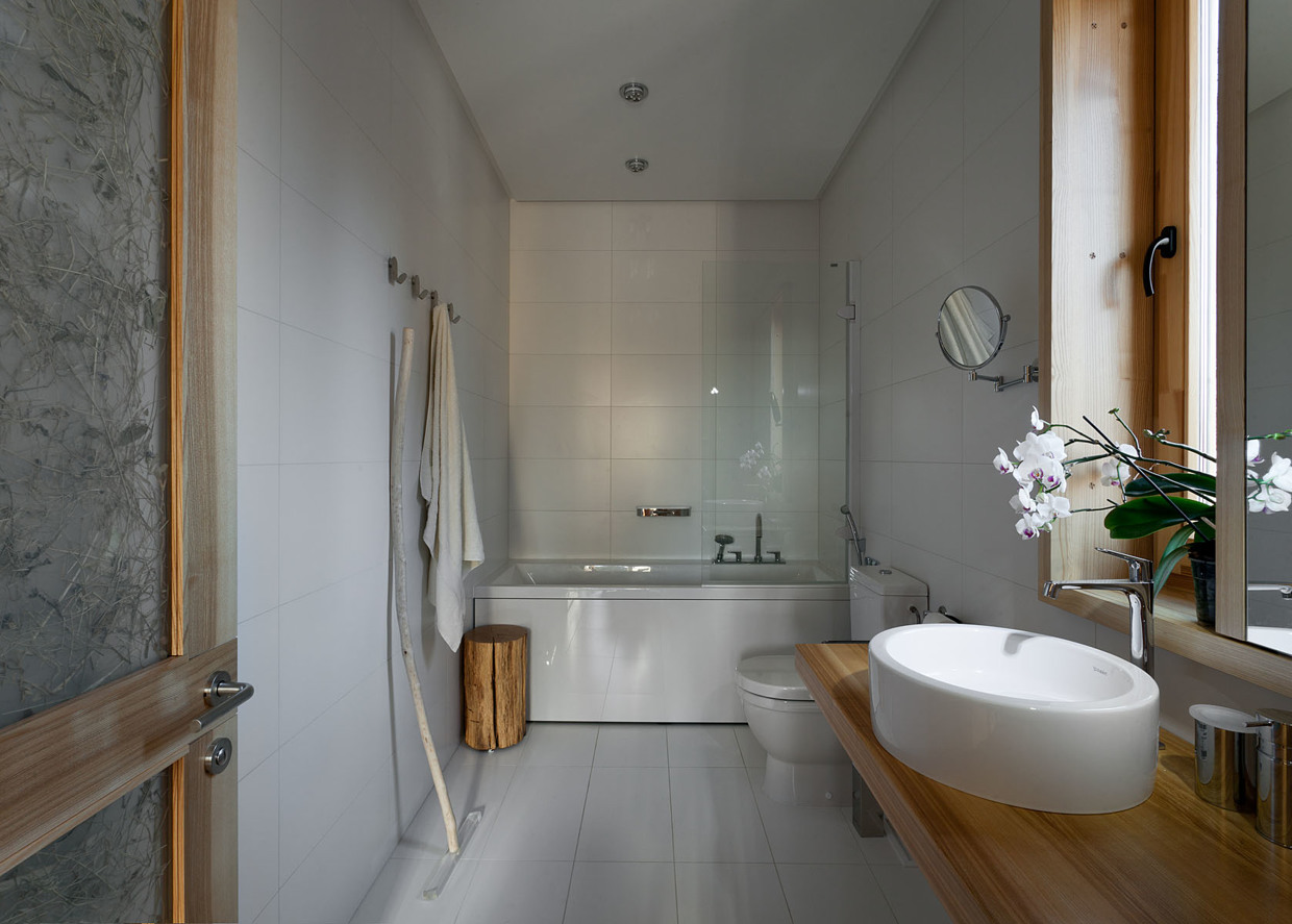 White tile bathroom design interior design ideas for Natural bathroom designs