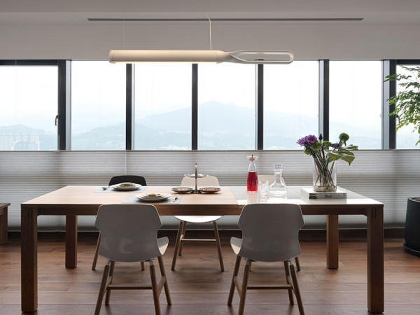 Accessories in the kitchen and dining room revolve around the idea of those smooth clean lines. White molded chairs, an overly simple dining table and polished chrome barstools sacrifice nothing when it comes to style but never detract from the bigger picture, either.