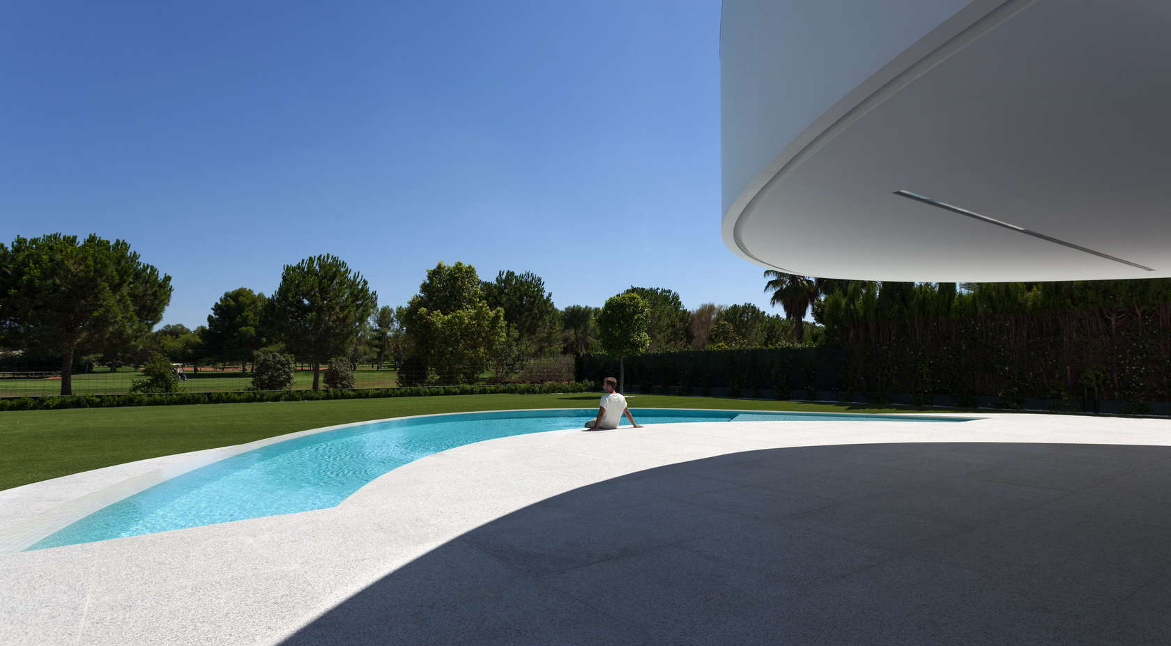 Cool Pool Design - Golf course views and a striking exterior make for a modern marvel