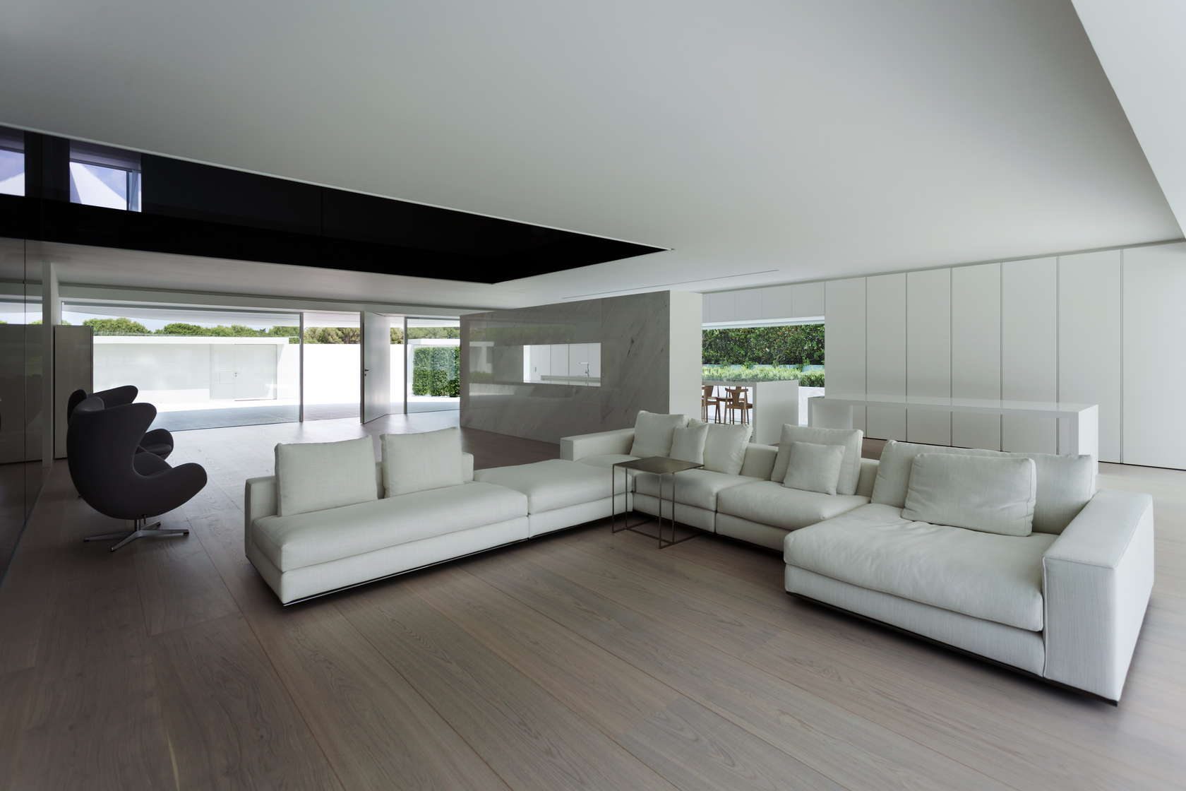 Golf course views and a striking exterior make for a for Minimal house interior