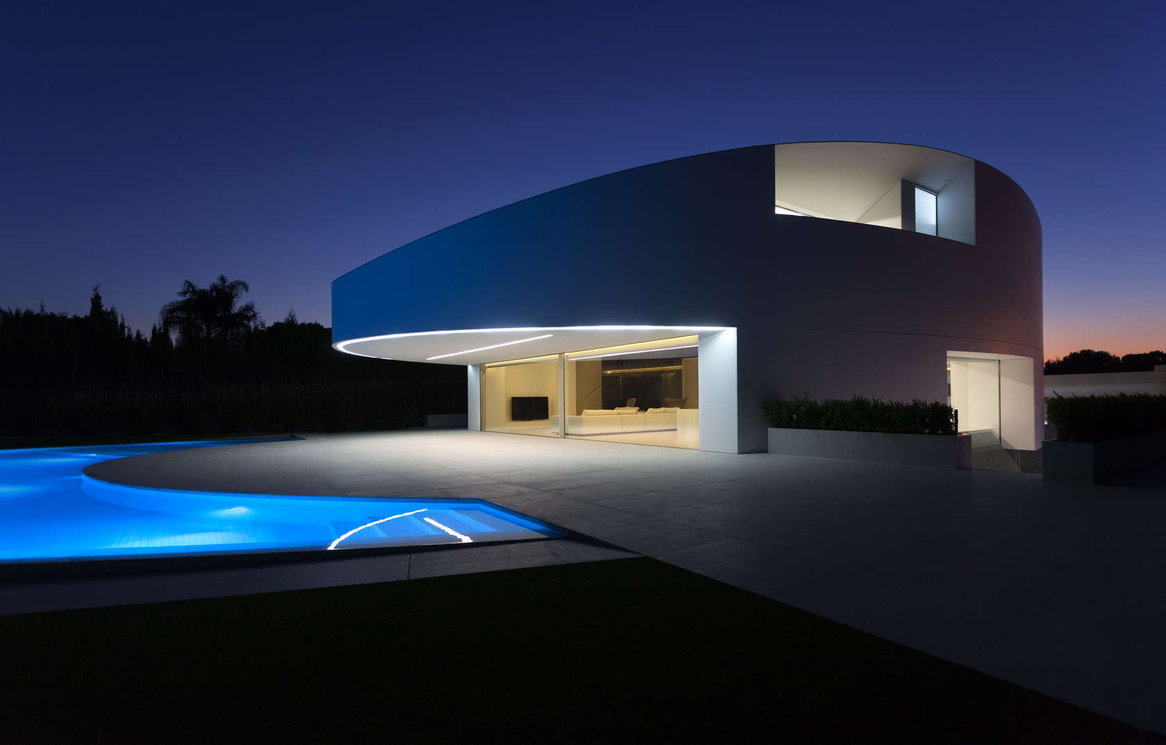 Ultra Modern Home - Golf course views and a striking exterior make for a modern marvel