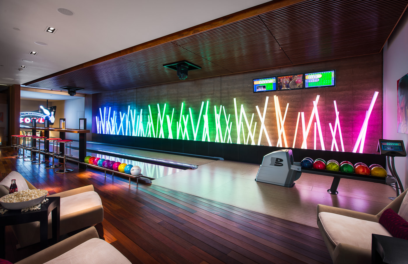 Private bowling alley interior design ideas for Bar interieur maison