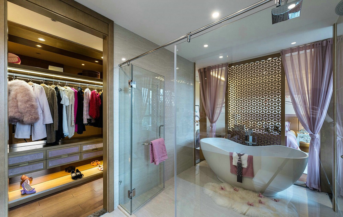 Deep Soaking Tub - An opulent chinese mansion straight out of the 80s