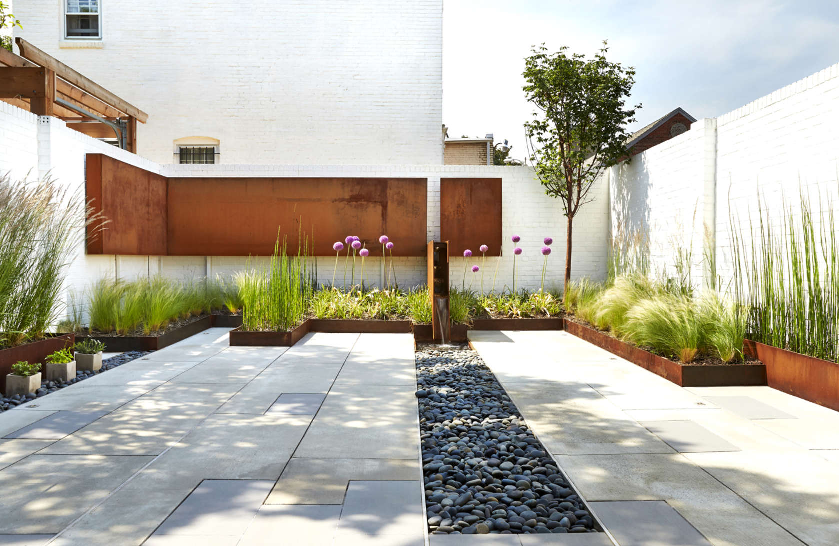 A modern row house for a fun couple with a love of cooking for Patios y terrazas