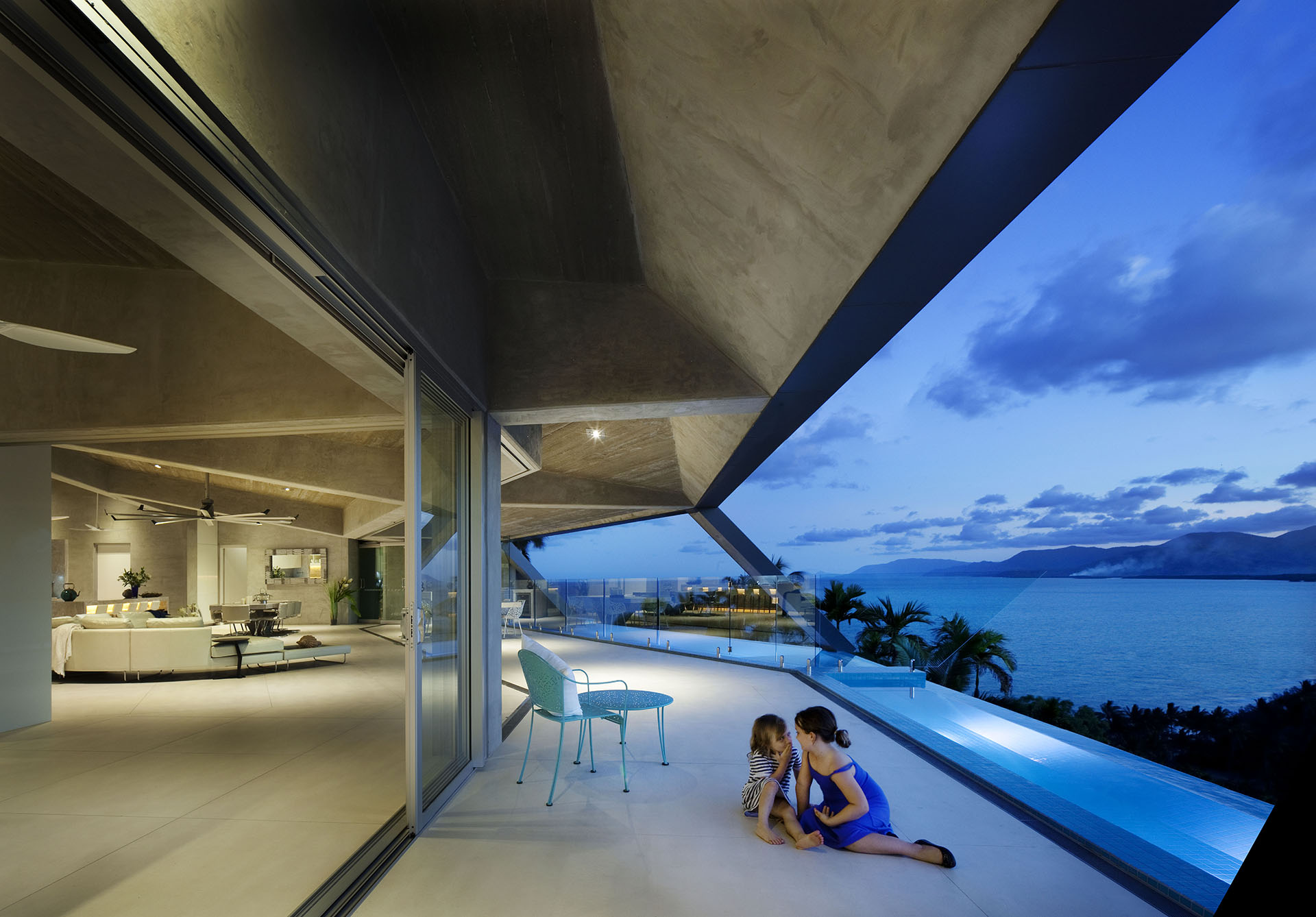 A sculptural cliffside home with a breathtaking tropical view for Alarme piscine home beach