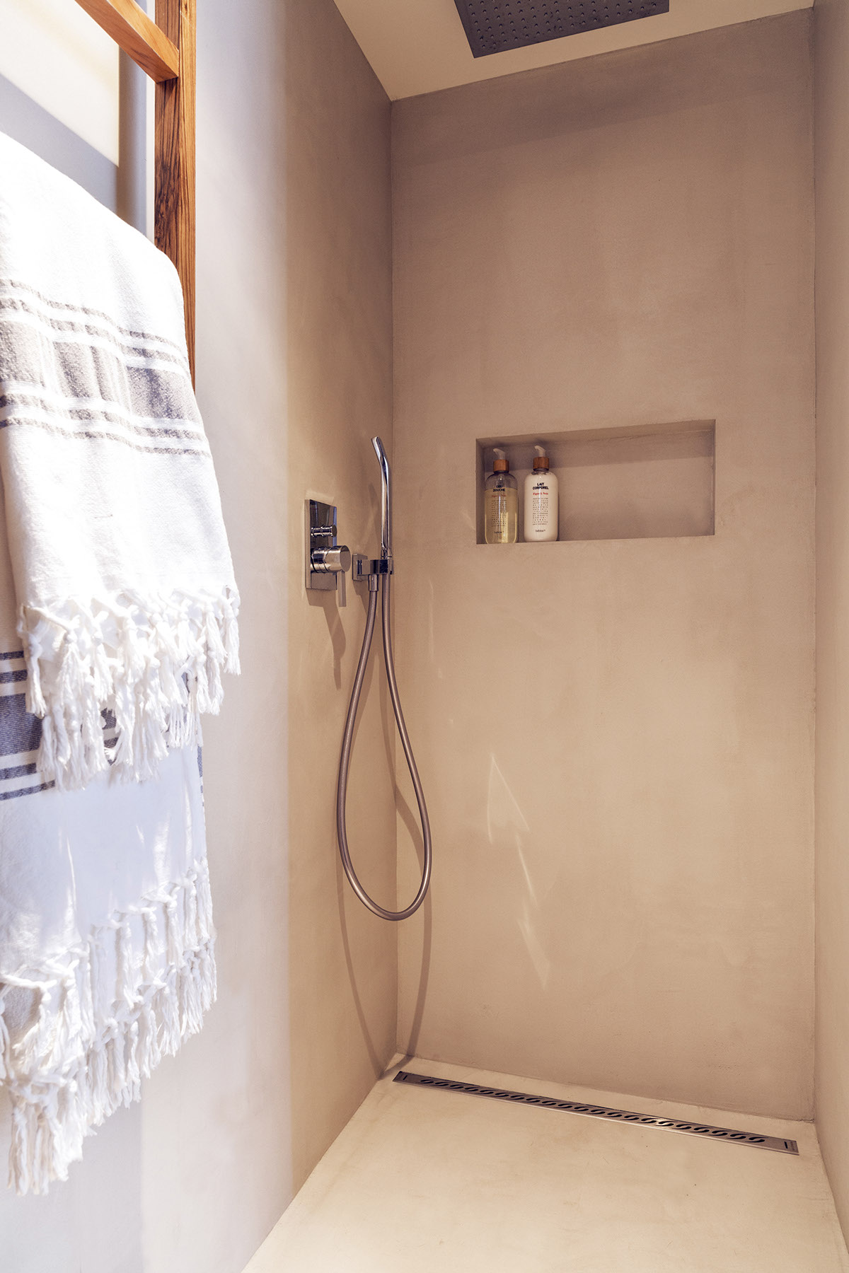 Shower Shelving - 2 small and cute french apartments under 50 square meters